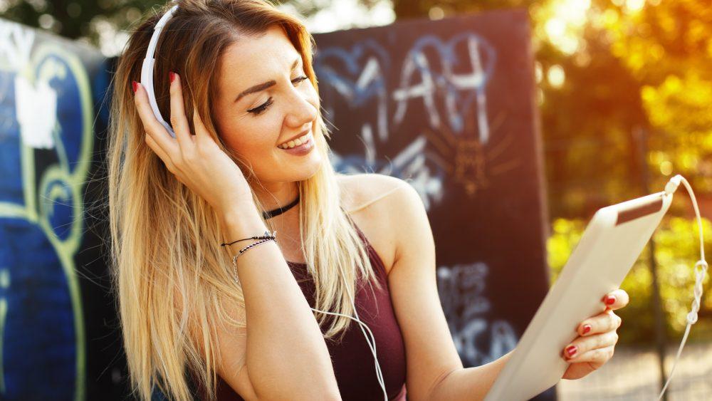 Musik hören Frau Spotify App Smart TV