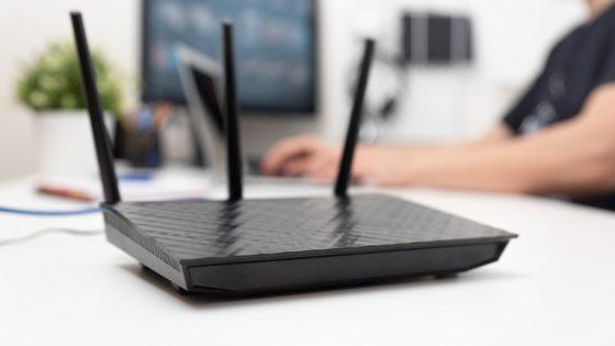 WLAN-Router mit Antennen auf dem Tisch