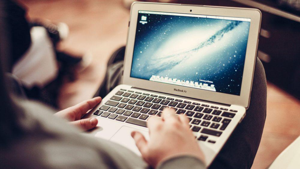 Macbook Air auf dem Schoß