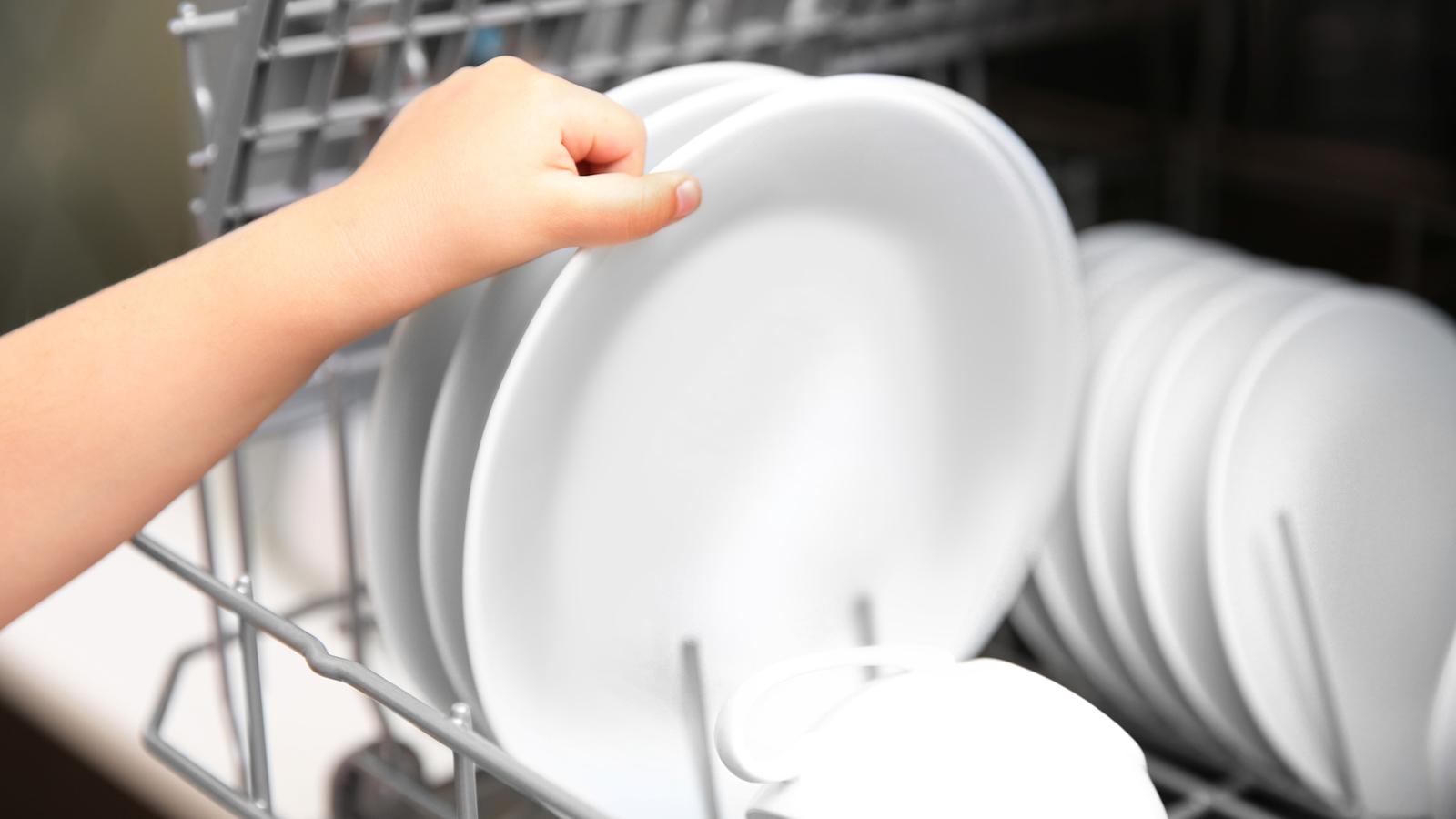 Teller in der Spülmaschine, gereinigt mit Tabs oder Pulver