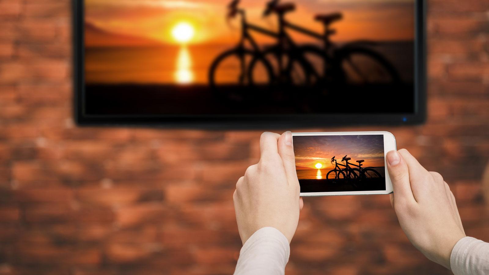 Adapter, Apps & Co.: Handy mit dem TV verbinden – so geht's