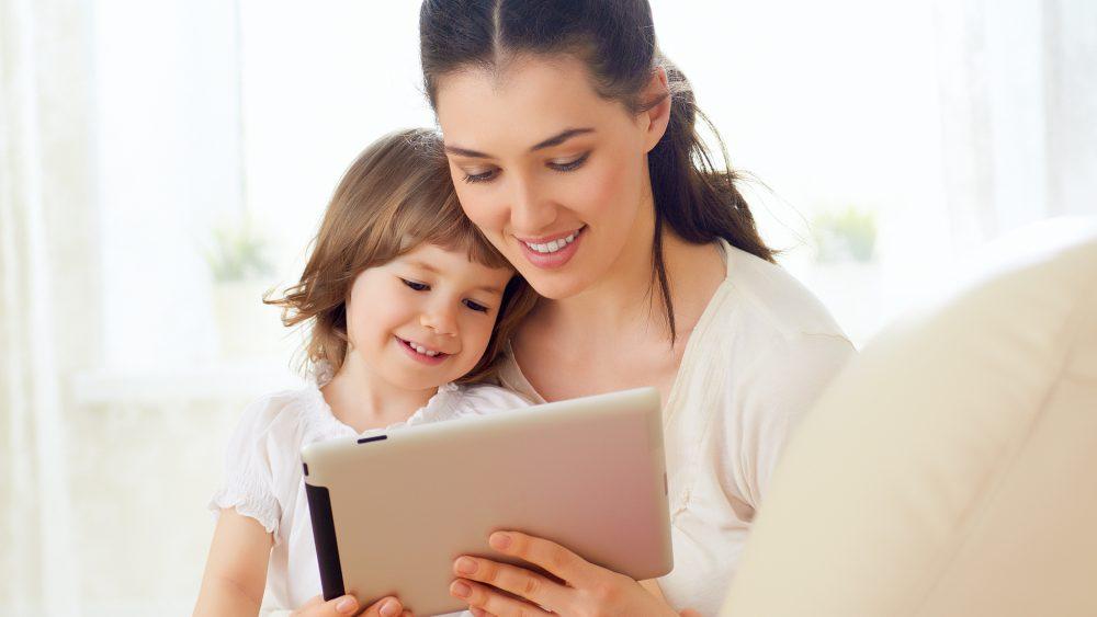 Mutter installiert Kindersicherung beim iPad