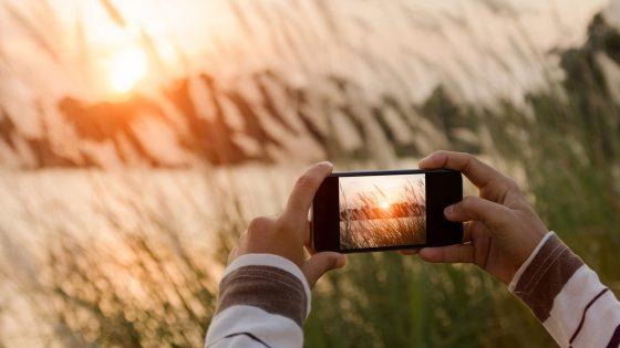 Handy für Fotos mit zwei Händen halten