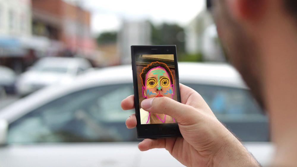 Mit Snapchat kannst du lustige Selfies machen.