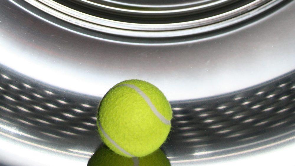 Tennisball in Trockner statt Trocknerbälle.