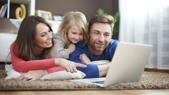 Familie schaut auf den PC