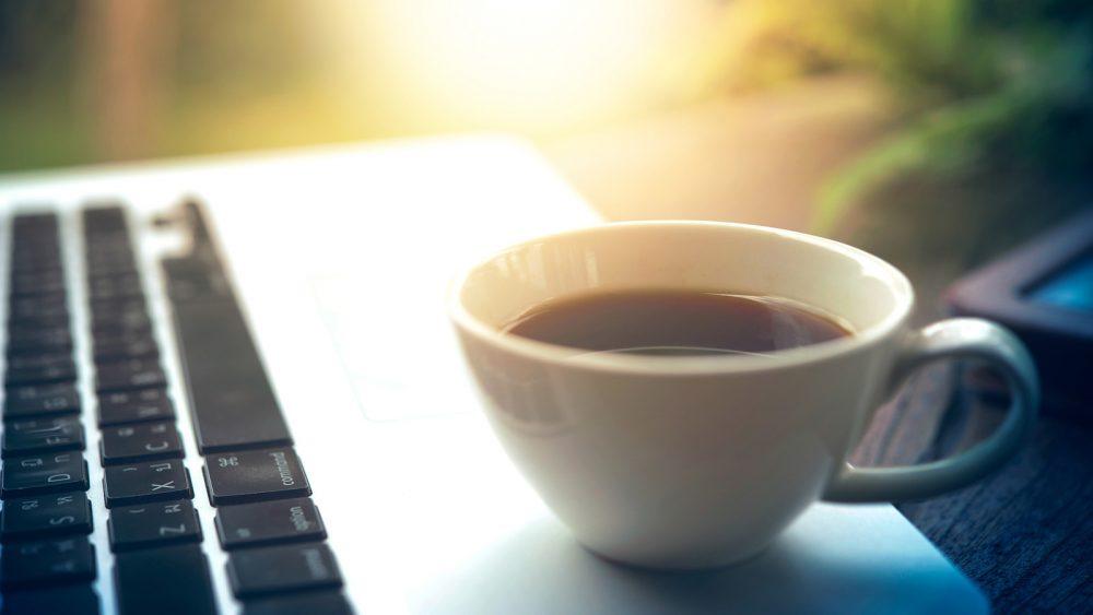 Kein guter Platz: Teetasse auf Laptop