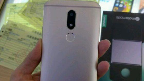 Die Rückseite des Motorola Moto M.