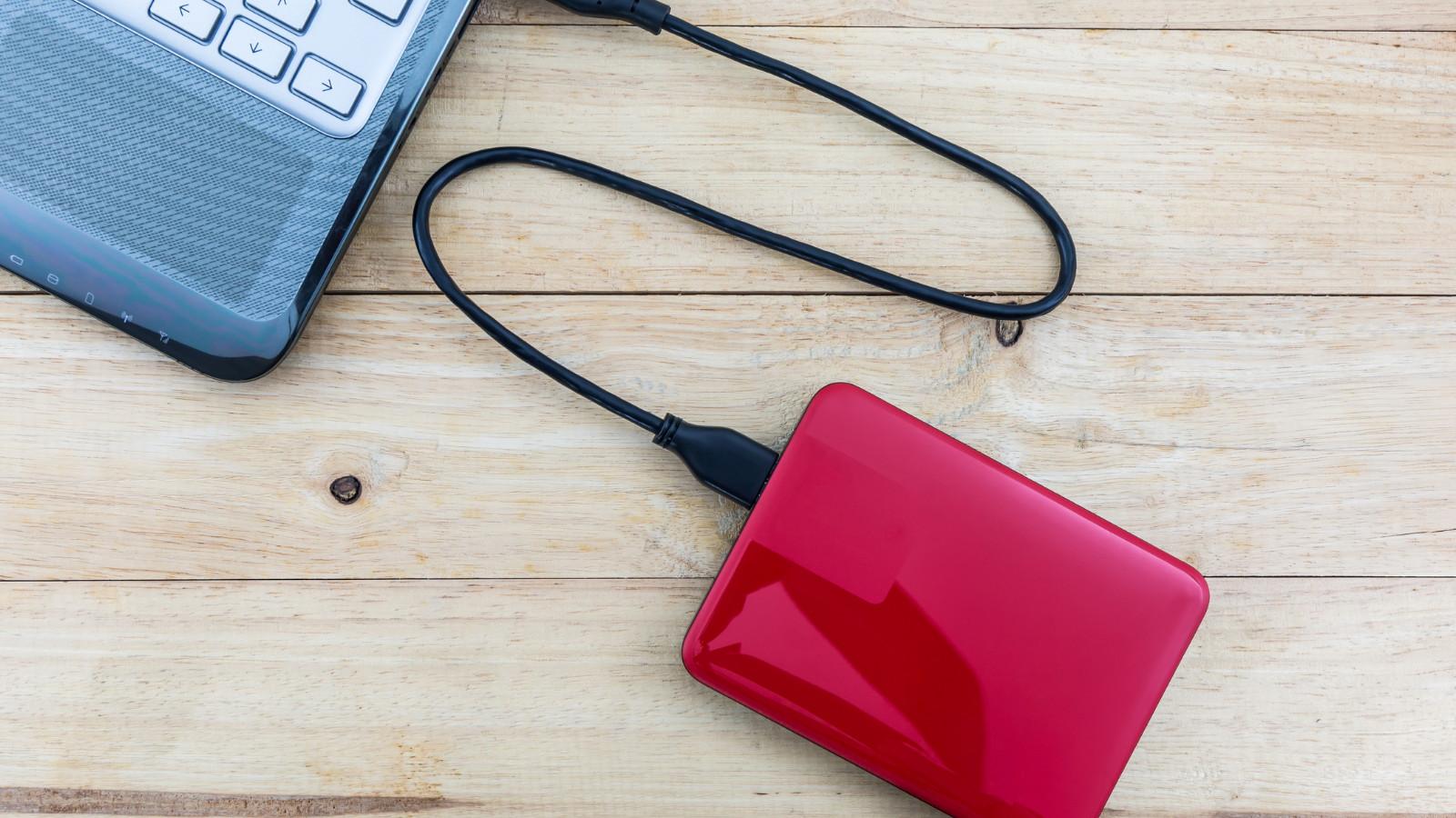 Externe Festplatte angeschlossen am Laptop