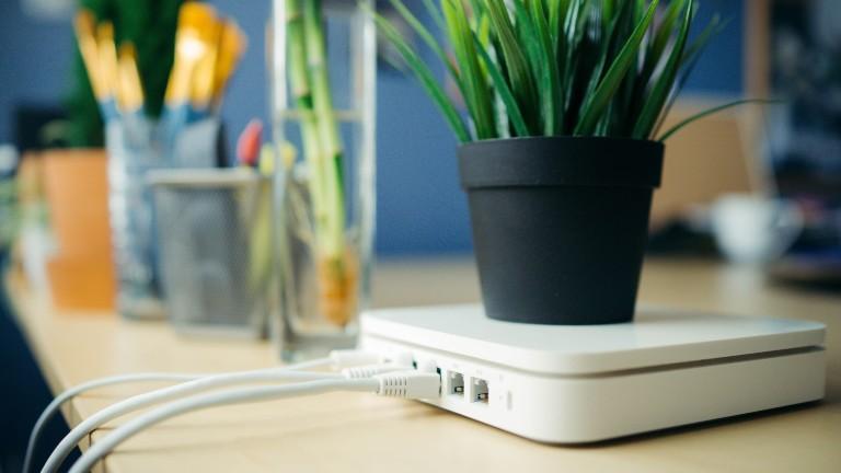 Weißer WLAN-Router mit Kabeln