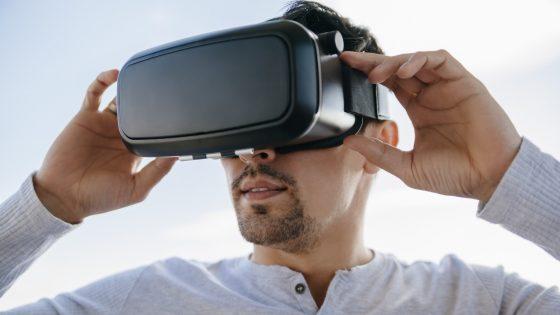 User mit VR-Brille