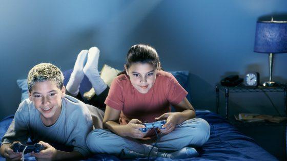 Zwei Teenager duellieren sich an der Spielkonsole