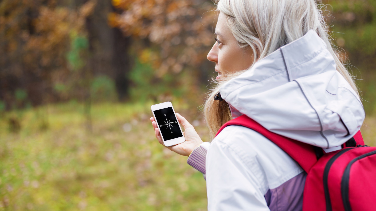 Junge Wanderin navigiert per iPhone