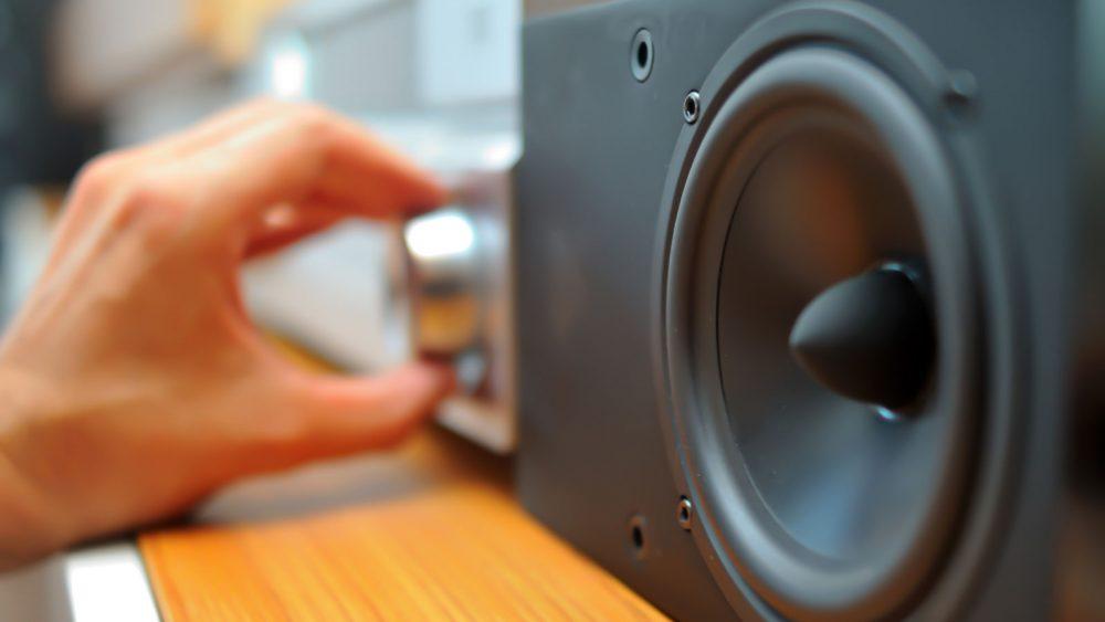 Lautsprecher aufstellen und kalibrieren.