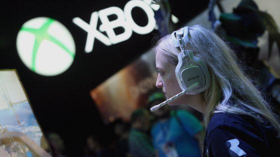 Ein Xbox-Fan spielt auf einer Messe mit der Spielkonsole