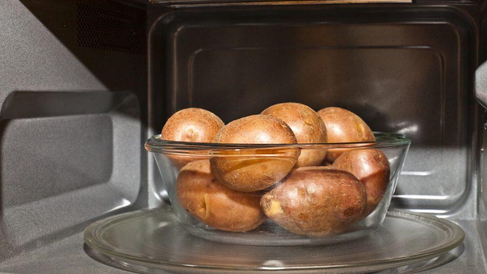 Kartoffeln werden in der Mikrowelle viel schneller weich als im Kochtopf.