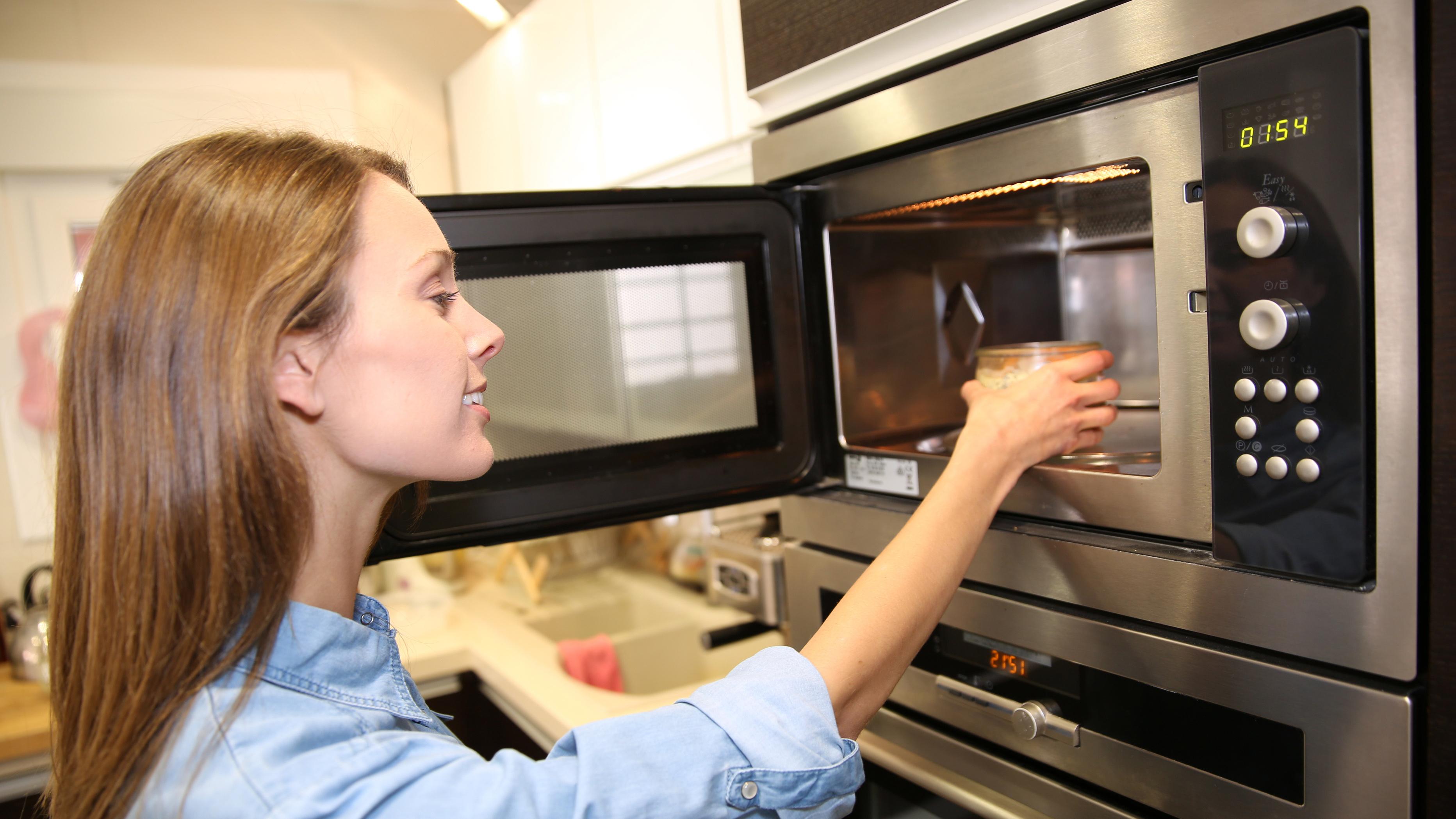 Die Mikrowelle ist für viele Menschen ein beliebter Kochassistent.