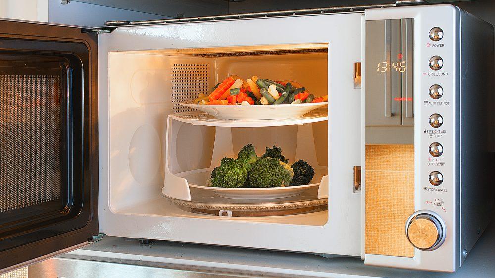 Bereiten Sie Ihr Gemüse in der Mikrowelle zu, behält es viele Nährstoffe.