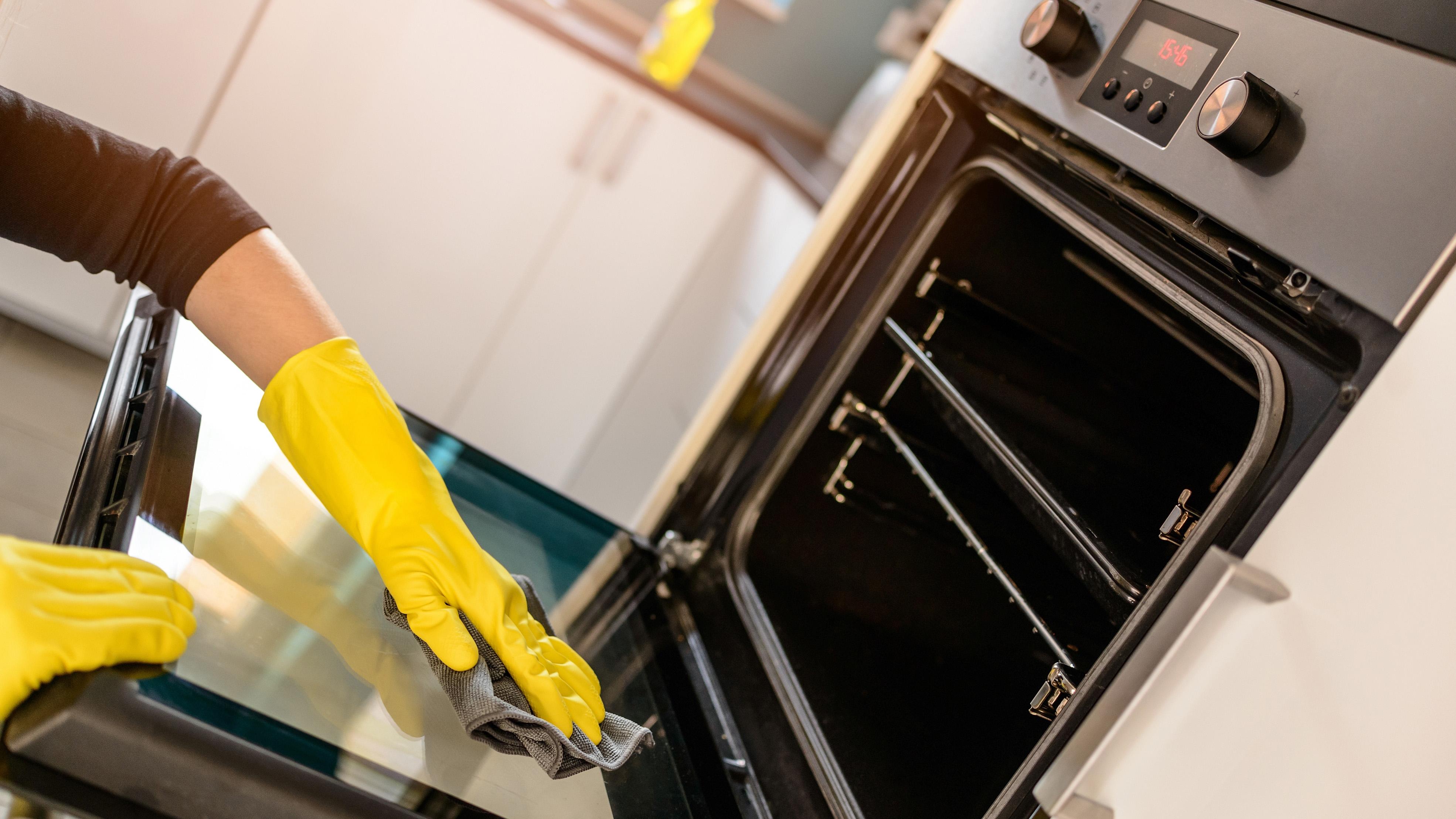 Regelmäßiges Putzen erhält strahlenden Glanz in der Küche und macht Keimen den Garaus.