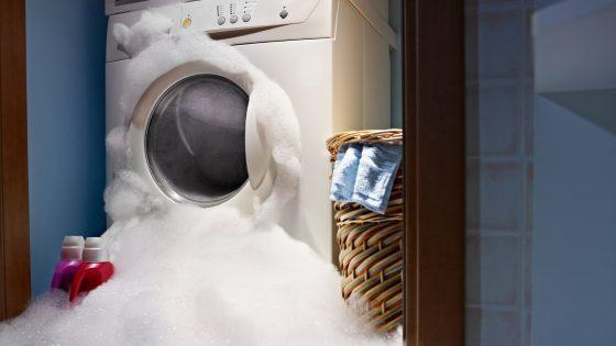 Schaumiges Wasser tritt aus Waschmaschine aus