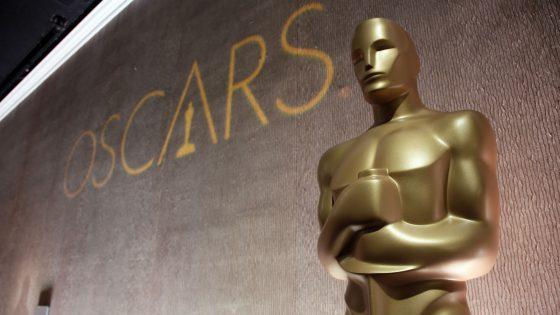 Schriftzug Oscars hinter Oscar Trophäe
