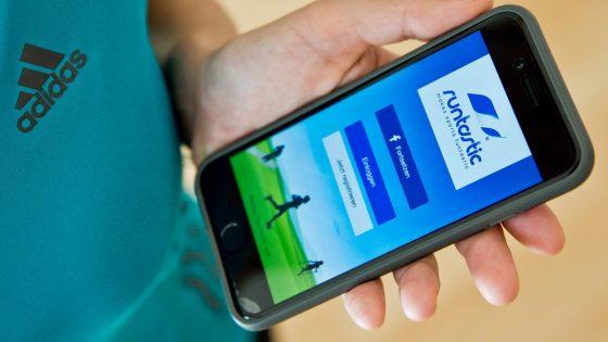 Fitness-App Runtastic auf Smartphone und Adidas-Trikot