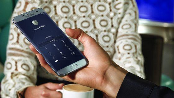Großaufnahme Männerhand hält Samsung Galaxy S7 edge.