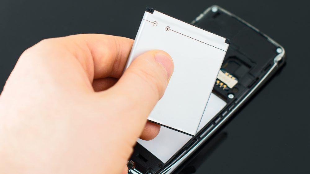 Der Akku eines Smartphones wird nach langer Nutzungsdauer immer schwächer.