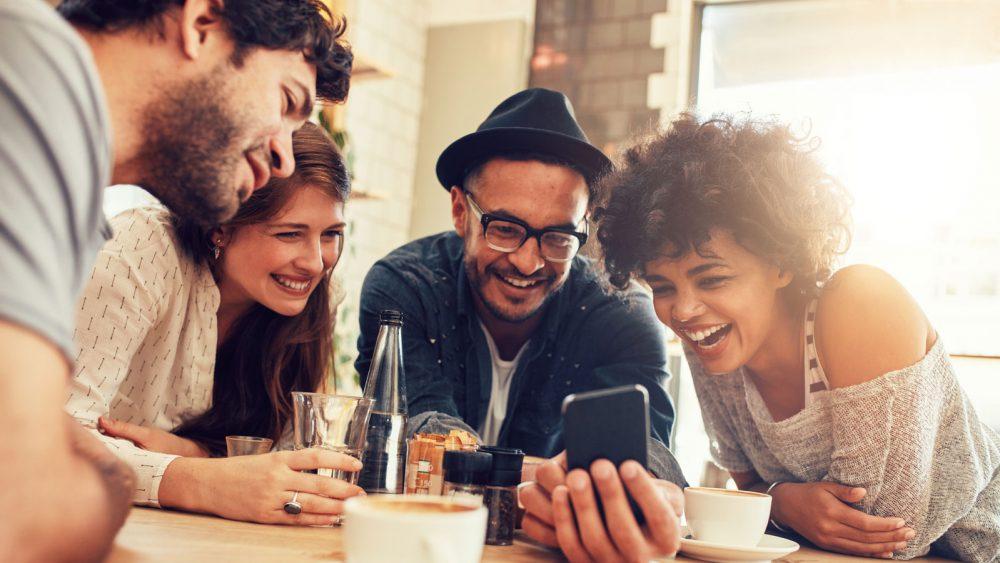 Freunde chatten über WhatsApp Messenger am Smartphone