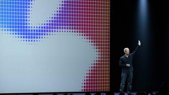 Apple CEO Tim Cook auf der Bühne vor Apple-Logo