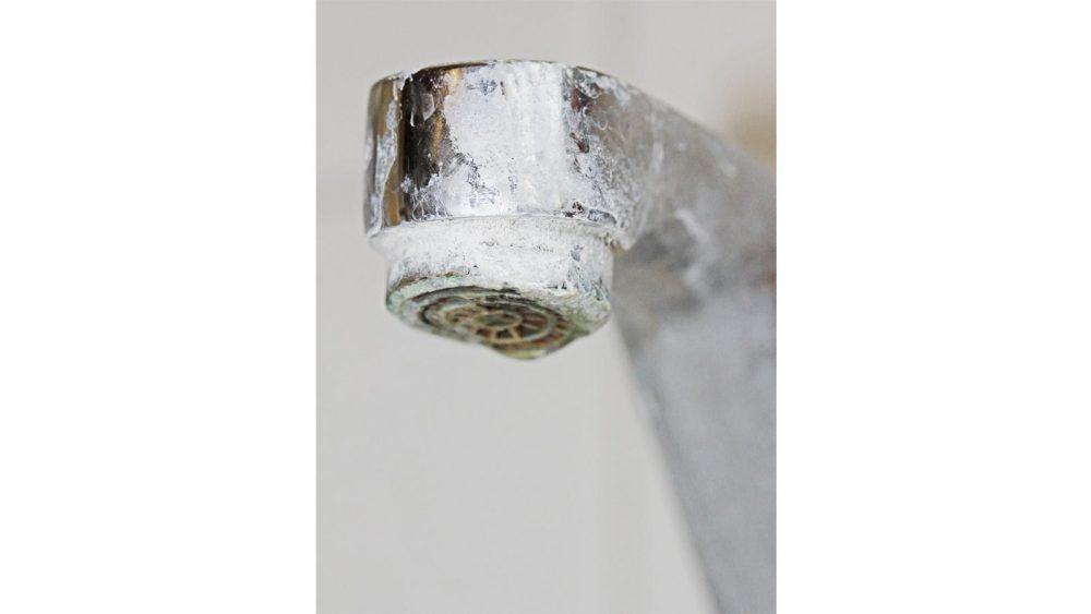 Kalkablagerungen Wasserhahn