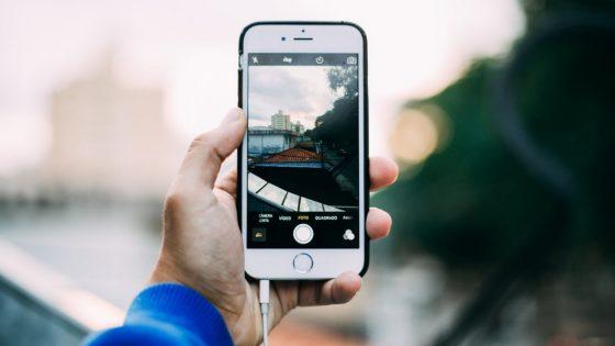 iPhone mit Ladekabel