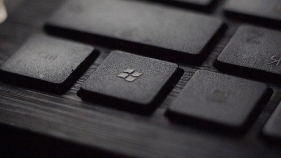 Nutzerin des Surface Laptops mit Windows 10 S