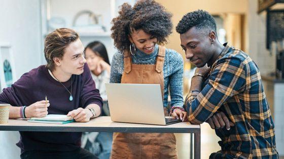 Schüler mit Surface Laptop und Windows 10 S