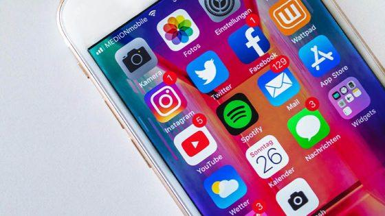 iPhones und ein iPad mit iOS 11