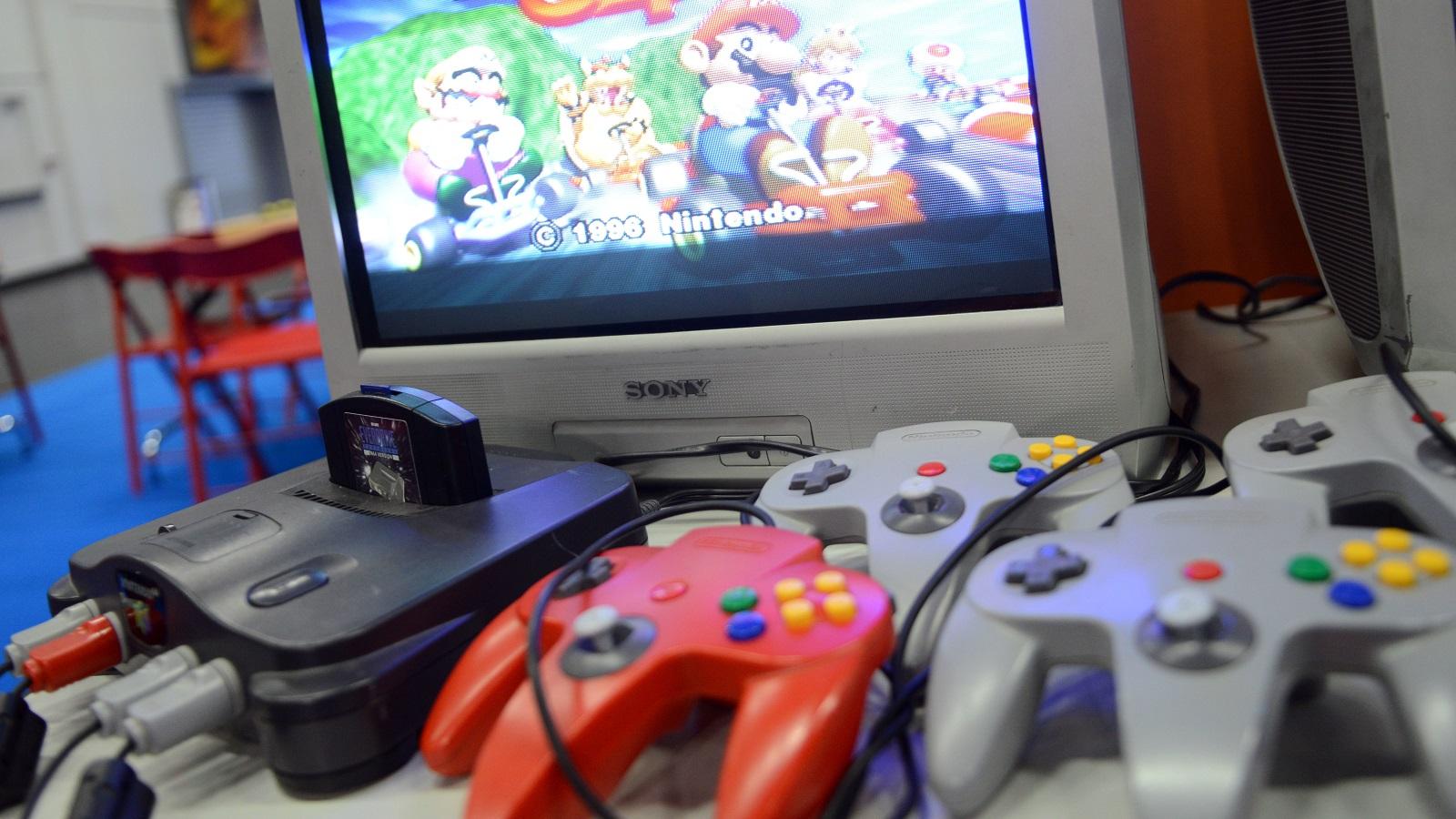 Eine alte Nintendo 64 Konsole mit passenden Controllern