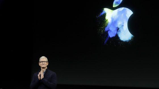Tim Cook vor Apple-Logo