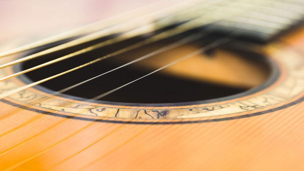 Die Saiten einer Gitarre