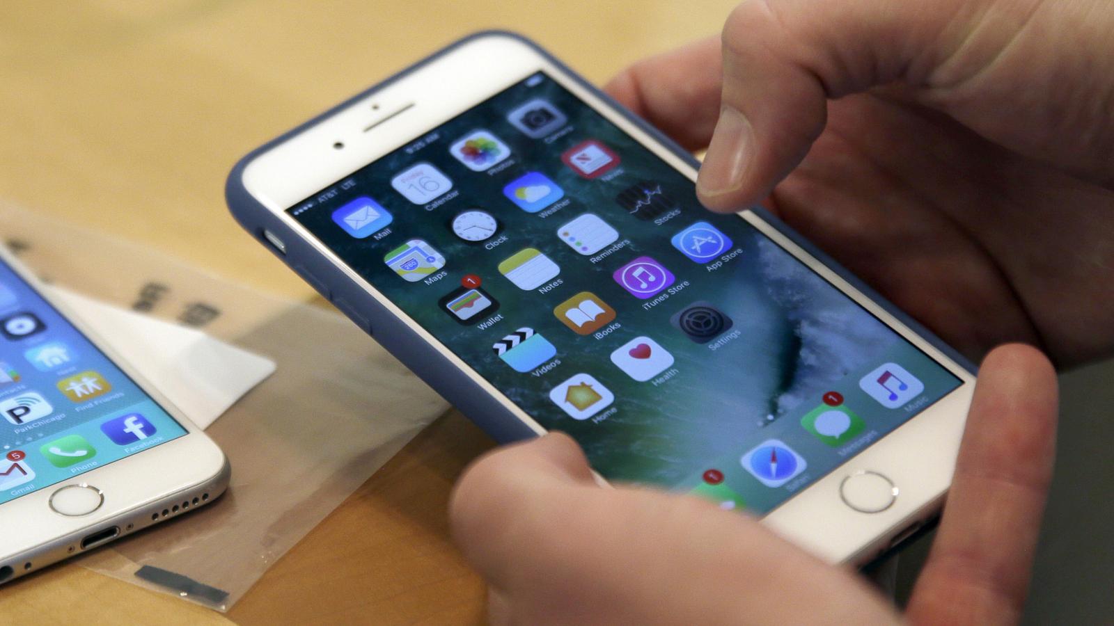 Hände halten iPhone 7 plus