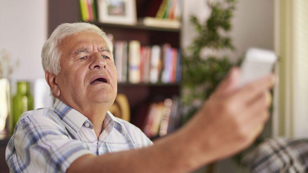 Ältere Menschen haben oft Probleme, etwas auf dem Smartphone zu erkennen