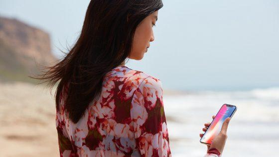 Frau schaut auf das iPhone X