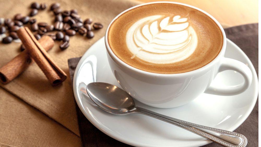 Milchkaffee in einer Tasse