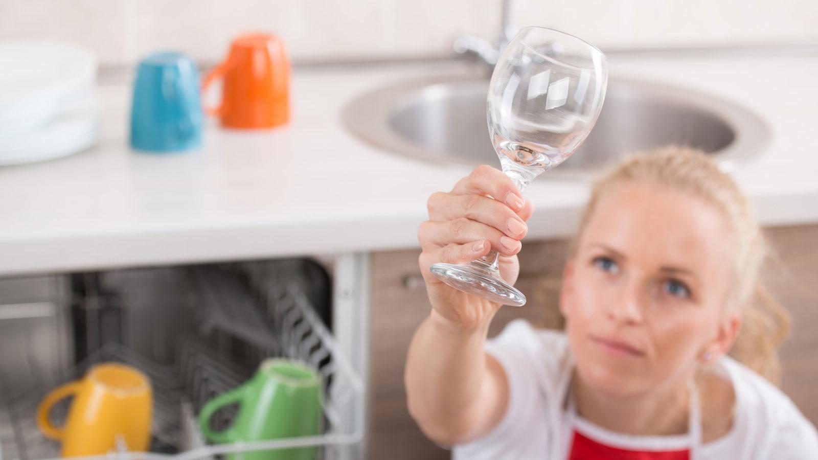 Geschirrspülmaschinen sollten entkalkt werden, wenn die Reinigungsqualität nachlässt