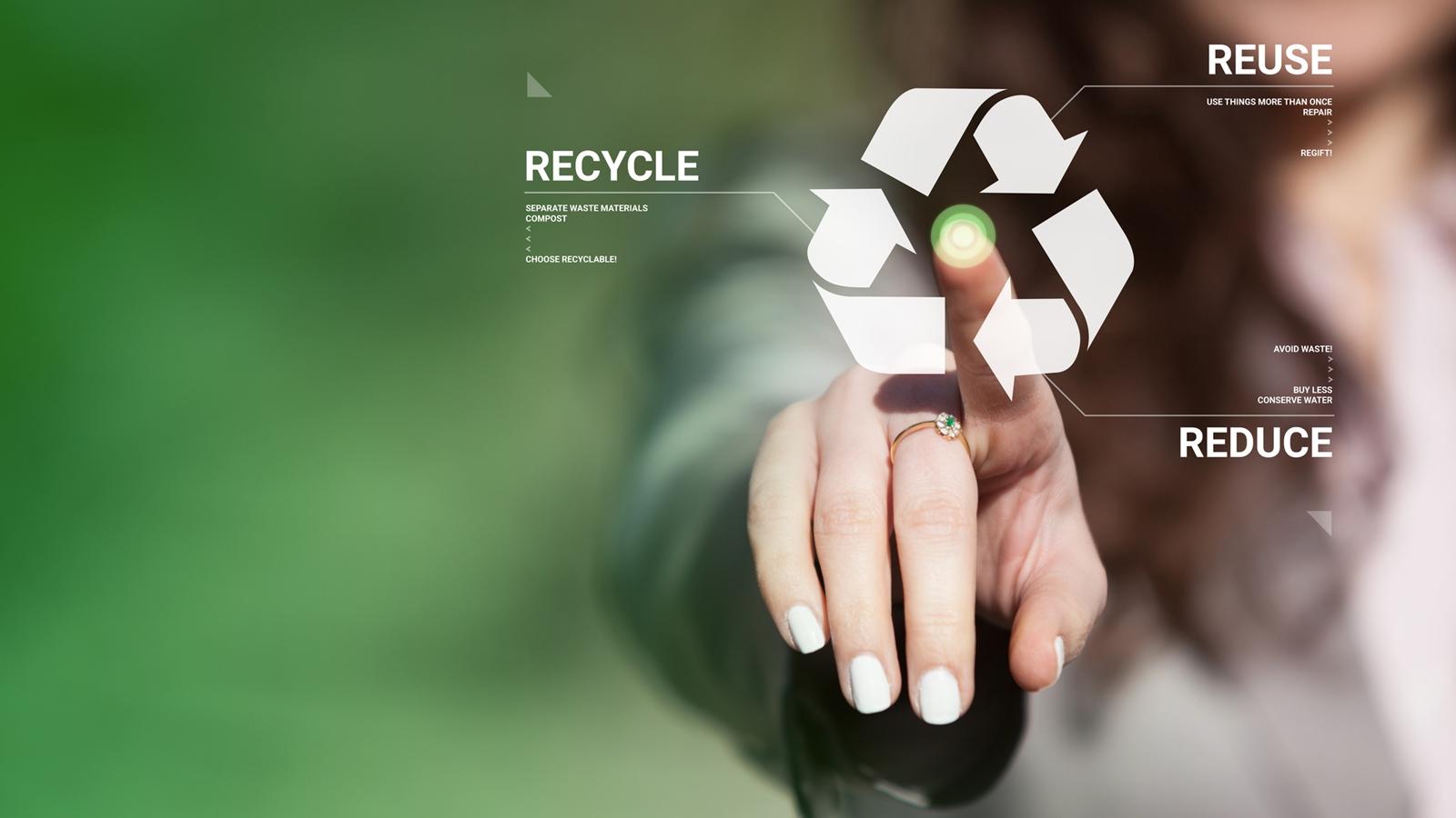 Frau nutzt Recycling-App auf einem virtuellen Bildschirm