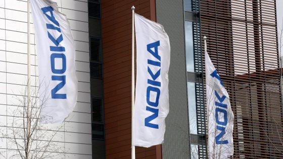 Fahnen vor Nokia-Gebäude in Espoo, Finnland
