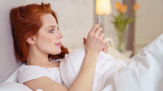 Smartphone-Wecker im Bett stellen