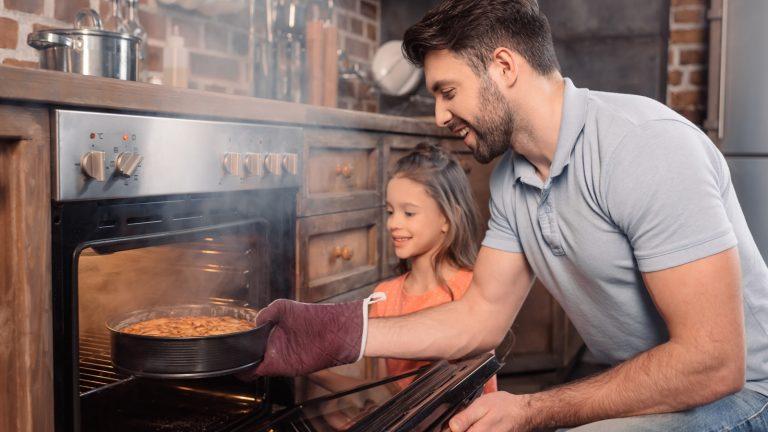 Backofen reinigen: Mit Hausmitteln, Reinigern und Pyrolyse