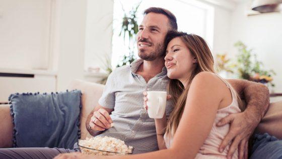 Zu zweit mit Popcorn vor dem Fernseher