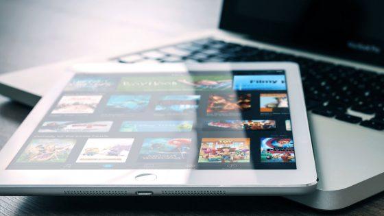 iPad und MacBook mit Netflix-App