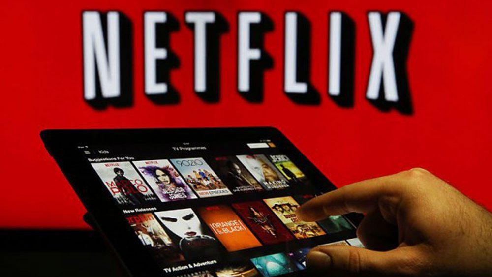 Mann nutzt Netflix auf Tablet